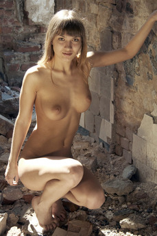 MetModels - Alina - Naked in the ruins by Thierry Murrell